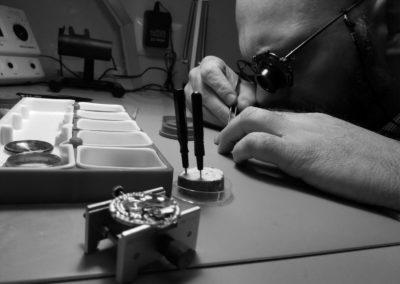 tecnico al lavoro riparazione orologio