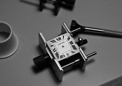 riparazione in corso orologio cartier su strumento