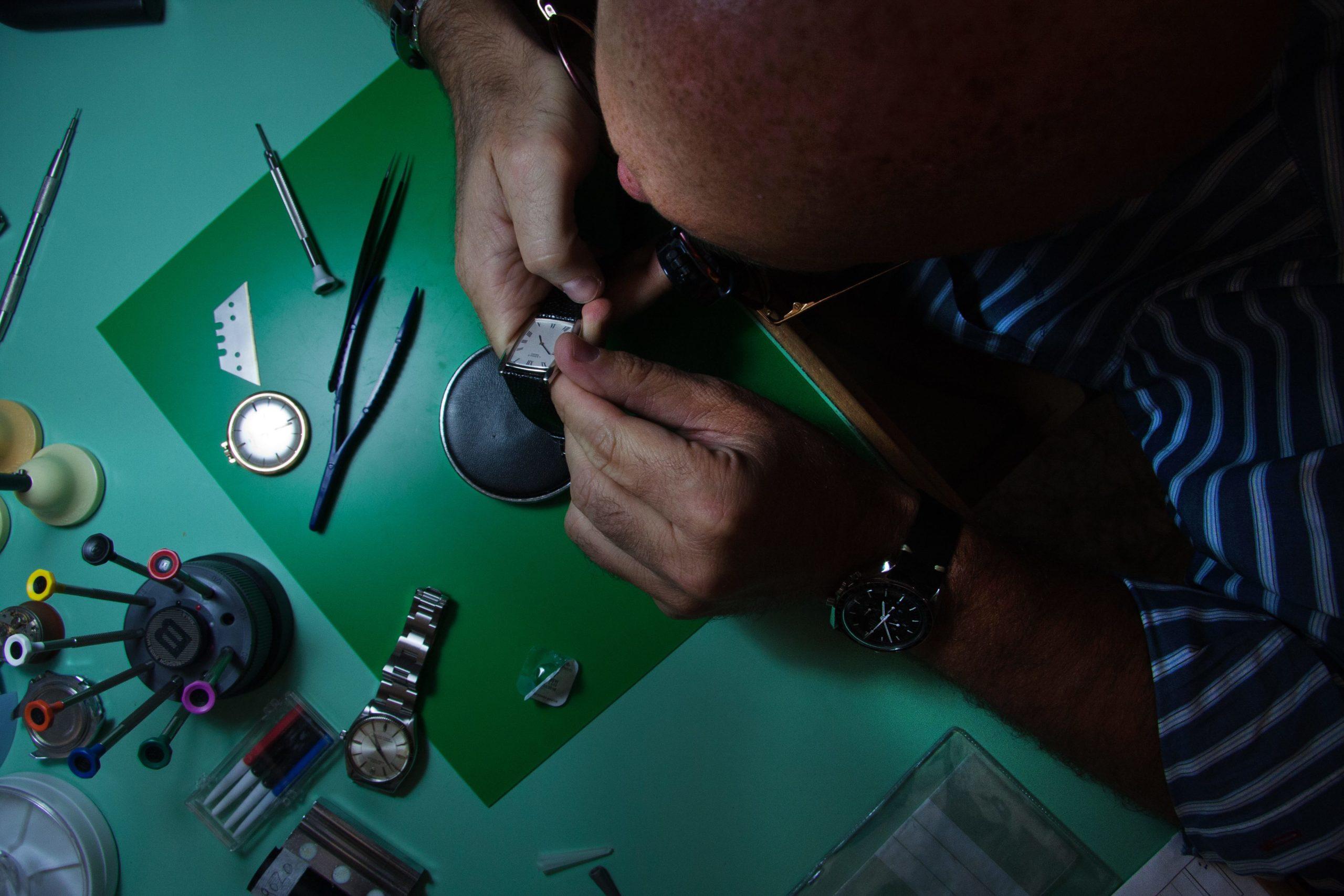 massimo al lavoro in laboratorio orologeria